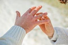 O noivo desgasta a noiva um anel de casamento fotos de stock royalty free
