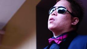 O noivo do homem para vestir óculos de sol prepara-se para o casamento vídeos de arquivo