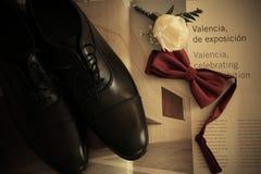 O noivo dos detalhes do casamento calça o laço e aumentou Imagens de Stock Royalty Free