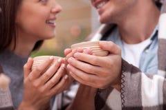 O noivo e a amiga alegres estão datando com Fotografia de Stock Royalty Free