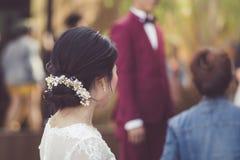 O noivo e a espera da noiva para a fotografia imagem de stock