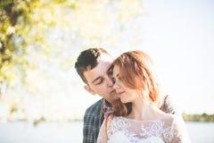 O noivo e a noiva no banco de rio Fotografia de Stock