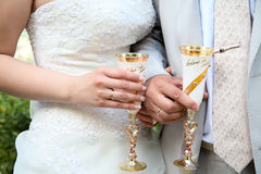 O noivo e a noiva prendem vidros Fotos de Stock Royalty Free