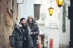 O noivo elegante e sua noiva lindo levantam fora em revestimentos do inverno imagem de stock royalty free