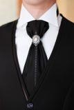 O noivo em uma camisa branca com traje de cerimônia Fotografia de Stock Royalty Free