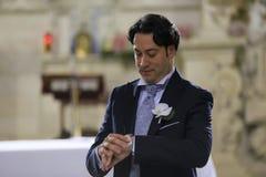 O noivo espera a noiva na porta da igreja Imagem de Stock Royalty Free