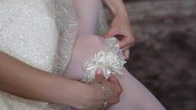 O noivo está vestindo-se para o casamento vídeos de arquivo