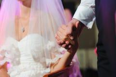 O noivo guarda a mão da noiva imagem de stock royalty free