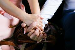 O noivo guarda a mão do ` s da noiva fotos de stock