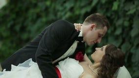 O noivo guarda sua noiva em seus braços vídeos de arquivo