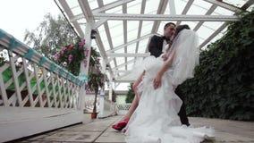 O noivo guarda sua noiva em seus braços filme