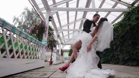 O noivo guarda sua noiva em seus braços video estoque