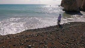 O noivo guarda sua noiva pela mão na praia do mar filme