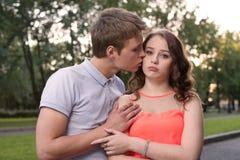 O noivo implora a remissão de sua amiga ofendida Foto de Stock