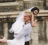 O noivo leva a noiva em seus braços Fotografia de Stock Royalty Free