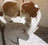 O noivo leva a noiva em seus braços Fotos de Stock Royalty Free