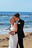 O noivo macia sua noiva em seu templo. fotos de stock