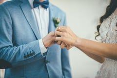 O noivo pôs um anel de noivado sobre a noiva Imagens de Stock Royalty Free