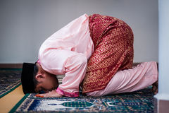 O noivo Praying Imagens de Stock Royalty Free