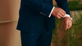 O noivo prepara-se para o casamento vídeos de arquivo
