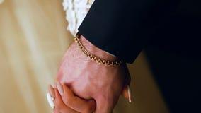 O noivo toma a noiva pela mão A mão do homem do noivo toma a mão da noiva closeup video estoque