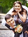 O noivo transfere sua parte traseira da noiva. Fotografia de Stock Royalty Free