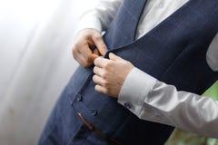 O noivo veste botão de punho para a camisa Fotografia de Stock