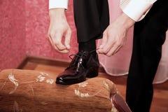O noivo veste sapatas do casamento fotos de stock