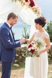 O noivo veste uma aliança de casamento Fotos de Stock