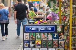O nome da rua assina dentro dusseldorf, Alemanha Foto de Stock Royalty Free