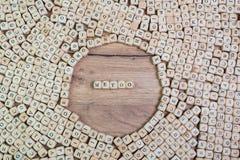 O nome da saúde nas letras no cubo corta no hashtag do tableMeToo, texto alemão para o hashtag imitação, palavra nas letras no cu fotografia de stock