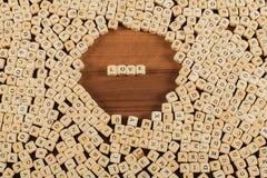 O nome do amor nas letras no cubo corta na tabela foto de stock