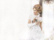 O nostálgico denominou a mulher em Lacy Retro Dress a céu aberto Fotos de Stock