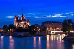 O Notre Dame Abbey na noite com ilumina-se acima Fotografia de Stock Royalty Free