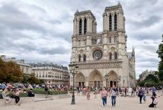 O Notre histórico Dame Cathedral em Paris em um dia nebuloso Imagens de Stock Royalty Free