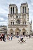 O Notre histórico Dame Cathedral em Paris em um dia nebuloso Foto de Stock