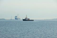 O ` novo de Mein Schiff 6 do ` do navio da bandeira de Tui Cruises faz-lhe primeiramente a chamada ao porto de Kiel foto de stock