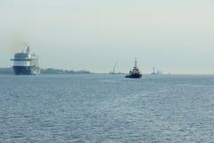 O ` novo de Mein Schiff 6 do ` do navio da bandeira de Tui Cruises faz-lhe primeiramente a chamada ao porto de Kiel foto de stock royalty free