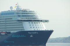 O ` novo de Mein Schiff 6 do ` do navio da bandeira de Tui Cruises faz-lhe primeiramente a chamada ao porto de Kiel fotografia de stock royalty free