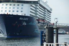 O ` novo de Mein Schiff 6 do ` do navio da bandeira de Tui Cruises faz-lhe primeiramente a chamada ao porto de Kiel imagem de stock royalty free