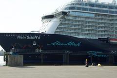 O ` novo de Mein Schiff 6 do ` do navio da bandeira de Tui Cruises faz-lhe primeiramente a chamada ao porto de Kiel imagens de stock royalty free