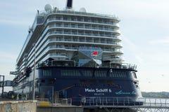 O ` novo de Mein Schiff 6 do ` do navio da bandeira de Tui Cruises faz-lhe primeiramente a chamada ao porto de Kiel Imagens de Stock