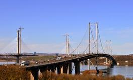 O novo e o velho constroem uma ponte sobre adiante: Queensferry, Edimburgo, Escócia Foto de Stock Royalty Free