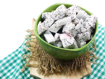O nutriente alto do fruto branco do dragão cortou no foco seletivo da bacia cerâmica imagem de stock