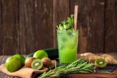 O nutriente verde saudável embalou o batido feito do pepino, do cal, do gengibre e do quivi imagens de stock
