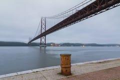 O 25o da ponte de suspensão abril (de 25 de abril) sobre Tagus River em Lisboa Imagens de Stock Royalty Free
