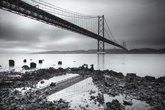 O 25o da ponte de suspensão abril (de 25 de abril) sobre Tagus River em Lisboa Fotos de Stock Royalty Free