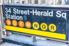 o 34o metro de Herald Square da rua assina dentro New York City Fotografia de Stock Royalty Free