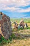 O obervatório antigo Karahunj do astrologica em Armênia ` de Stonehenge do armênio do ` Uma vista do horizonte e de um céu brilha imagem de stock