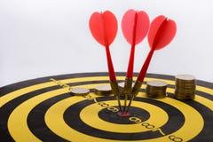 O objetivo do negócio é pretendido realizar em equipe dardos no fundo branco com setas, alvo médio Imagens de Stock